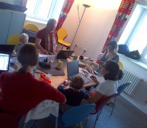 Rockzipfel München - verschiedene Tätigkeiten an einem Tisch