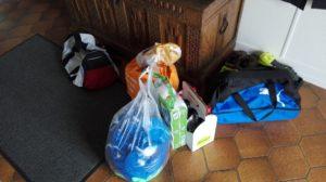 Die Einkäufe und die Trikots der Mannschaft, denn diesmal sind wir mit Waschen dran.