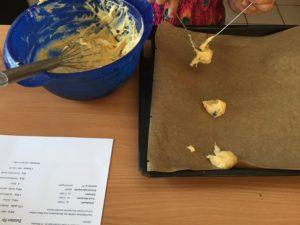 Kind macht Cookies