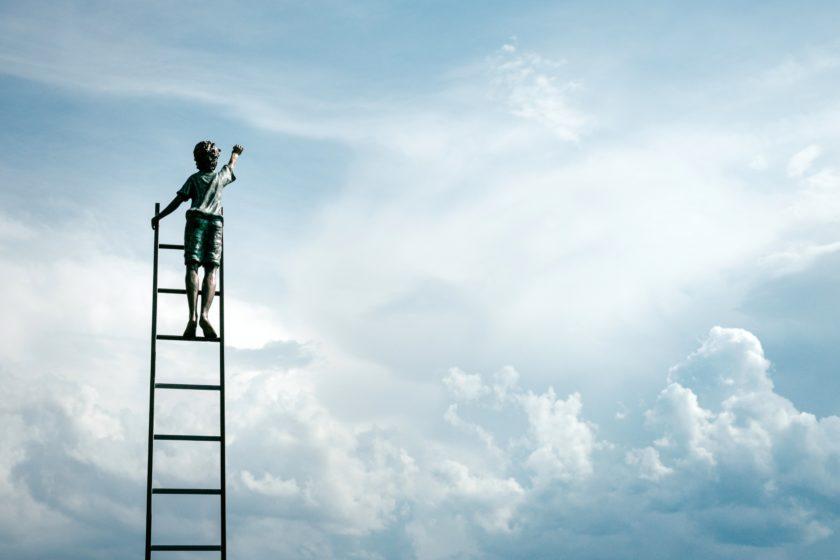 Bild mit Kind auf einer Leiter im Himmel